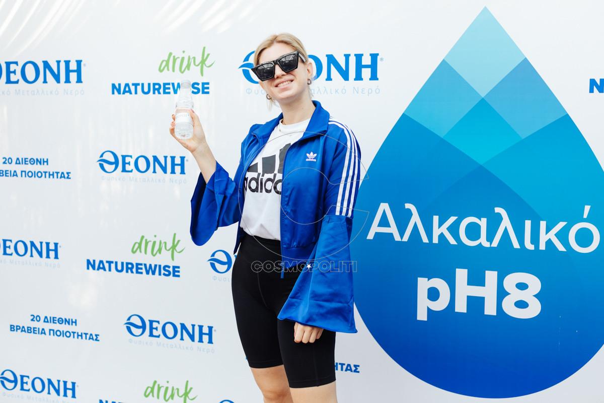 Η Στεφανία Μακροπούλου με τη φιάλη 330ml του ΘΕΟΝΗ Φυσικό Μεταλλικό Νερό