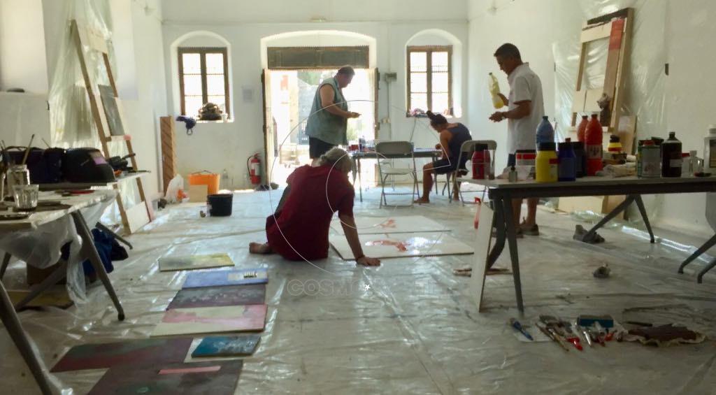 η καλλιτεχνική ομάδα Barbares d' Esprit δημιουργεί ζωγραφικά έργα στο μουσείο που τους φιλοξένησε