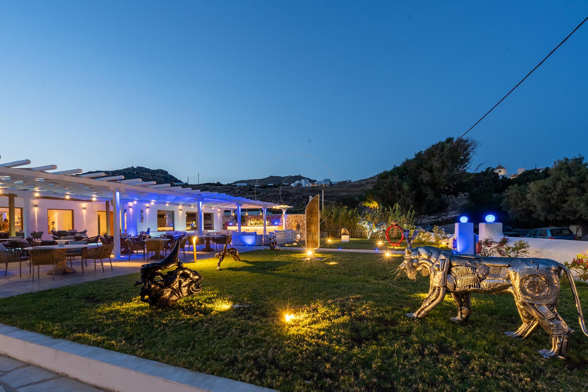 τα εντυπωσιακά γλυπτά που έστησε η Restart στον κήπο του Blue Fusion Art Restaurant_Μύκονος