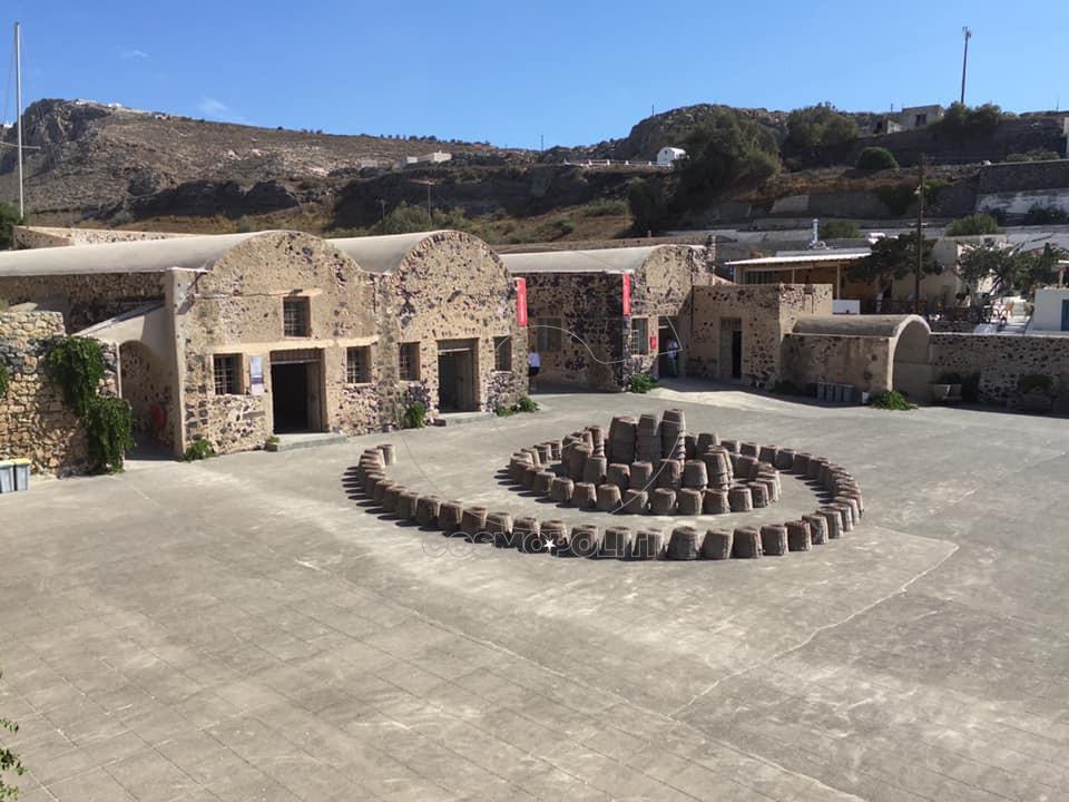 χωροπλαστική εγκατάσταση που έφτιαξε η ομάδα Barbares d' Esprit στο προαύλιο του μουσείου_ Σαντορίνη