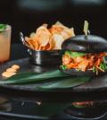 LOBSTER BURGER Με Πικάντικη Μαγιονέζα, Πίκλες Καρότου, Φρέσκο Κόλιανδρο & Αγγούρι