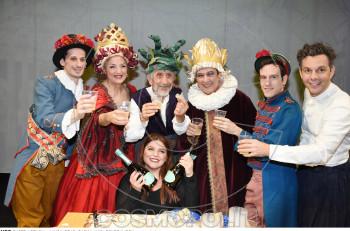 """Κοπή πίτας για """"Τα καινούρια ρούχα του βασιλιά"""" στο θέατρο Αλίκη"""