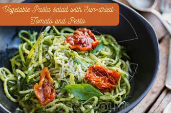 Συνταγή για εύκολη υγιεινή σαλάτα ζυμαρικών με λιαστή ντομάτα και πέστο